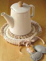 Подставка под чайник: идея подарка своими руками