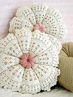 Подушки для дивана: идея подарка своими руками