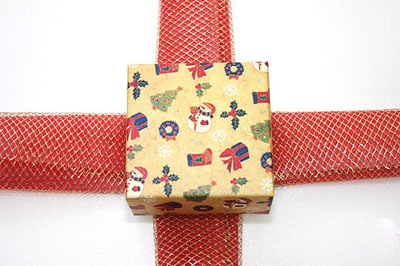 Как упаковать подарок к Новому году - шаг 3