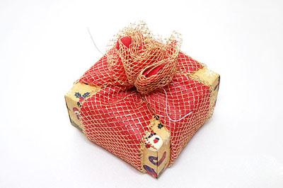 Как упаковать подарок к Новому году - шаг 4