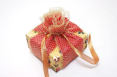 Как упаковать подарок к Новому году - шаг 5