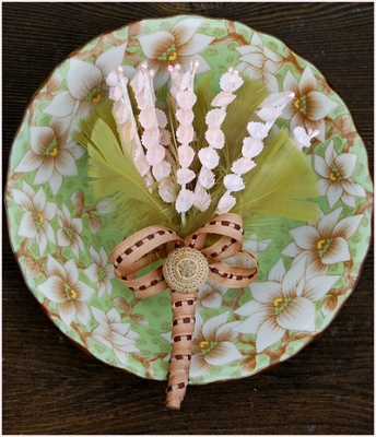 Бутоньерка для гостей из цветов и перьев