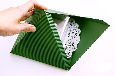 Как сделать подарочную новогоднюю коробку - собираем края