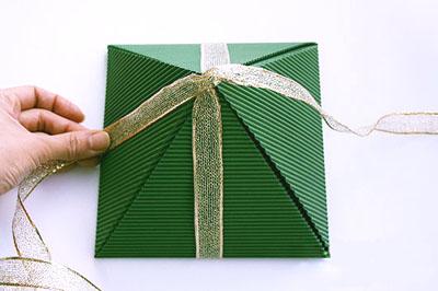 Как сделать подарочную новогоднюю коробку - обвязываем лентой с одной стороны