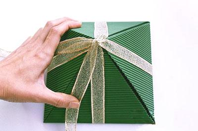 Как сделать подарочную новогоднюю коробку - обвязываем лентой с другой стороны