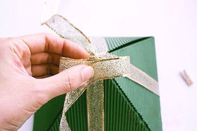 Как сделать подарочную новогоднюю коробку - завязываем бант шаг 1