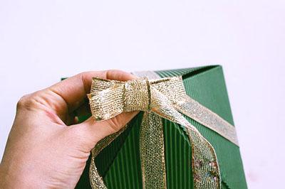 Как сделать подарочную новогоднюю коробку - завязываем бант шаг 3