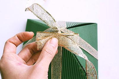 Как сделать подарочную новогоднюю коробку - завязываем бант шаг 2