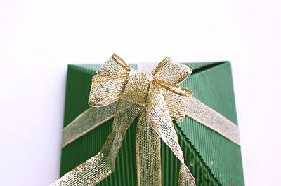 Как сделать подарочную новогоднюю коробку - завязываем бант шаг 4