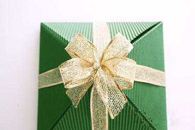 Как сделать подарочную новогоднюю коробку - расправляем бантик