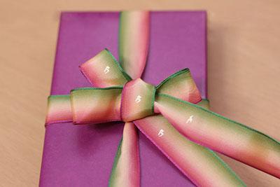 Как завязать ленту на подарочной коробке. Часть 1